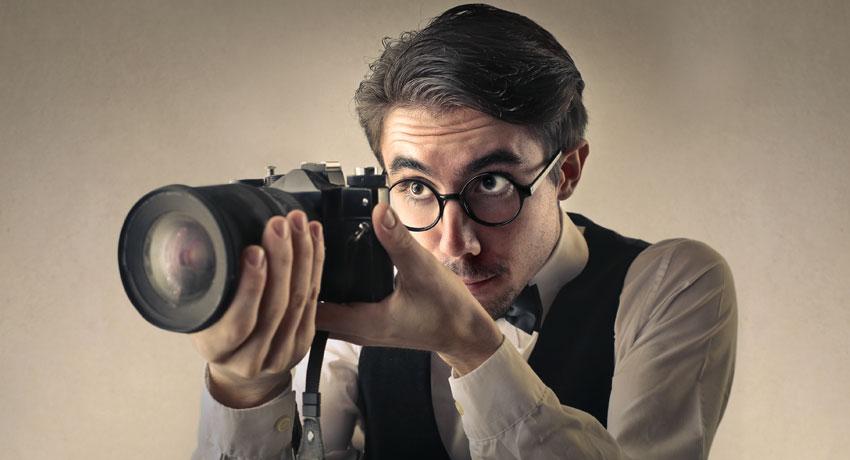Man maakt een foto met een UHS-II camera en een UHS-II geheugenkaart