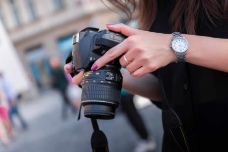Vrouw maakt een foto met een UHS-camera en UHS-I geheugenkaart