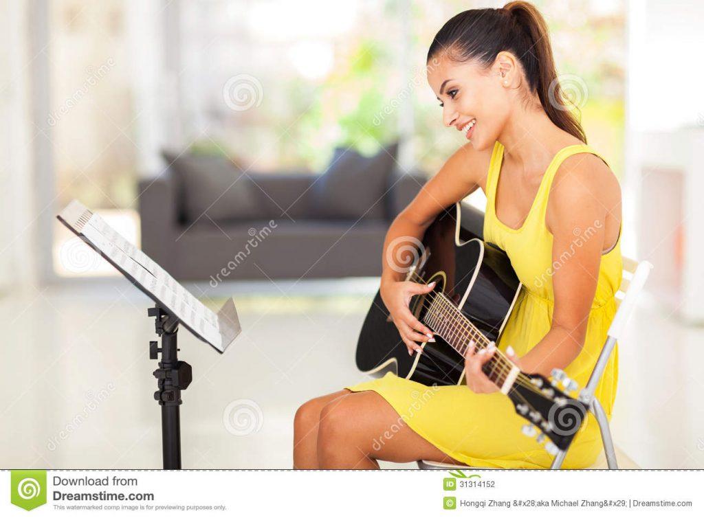 Vrouw leert gitaar spelen