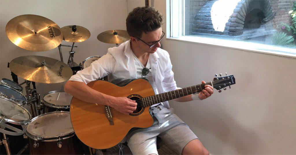 Een man leert muziekinstrument